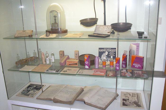Ausstellungsvitrine über die Geschichte des Karmelitengeistes